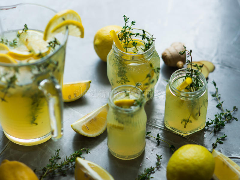 Lemonaddrink med citroner arkivbild