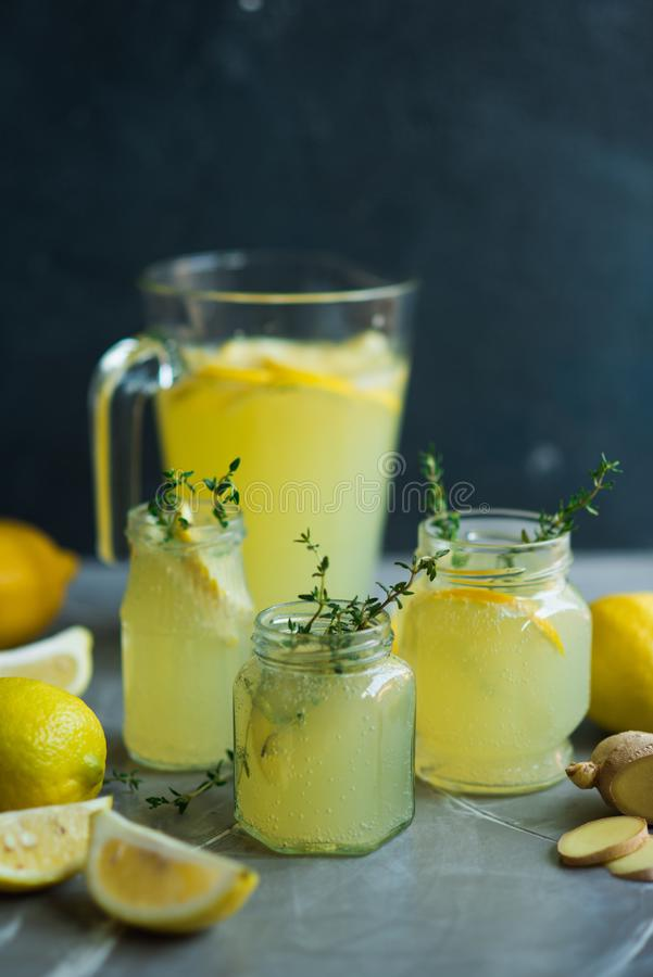 Lemonaddrink med citroner royaltyfri fotografi