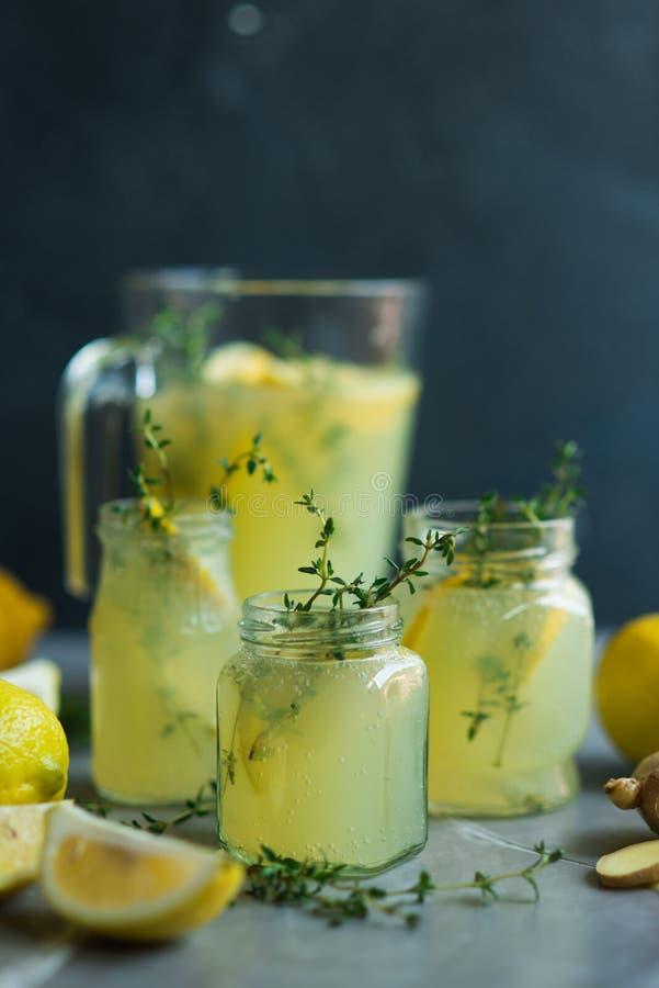 Lemonaddrink med citroner royaltyfri bild
