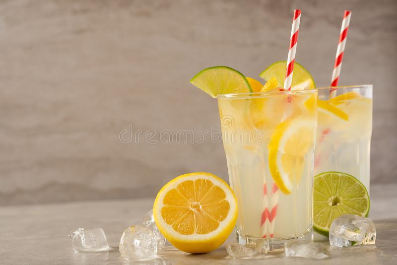 lemonade Drink med nya citroner och limefrukter Sommarlynne, citroncoctail med fruktsaft och is Uppfriskande drink arkivbilder
