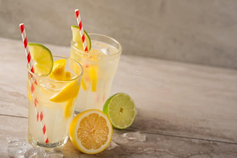 lemonade Drink med nya citroner och limefrukter Sommarlynne, citroncoctail med fruktsaft och is Uppfriskande drink arkivfoto