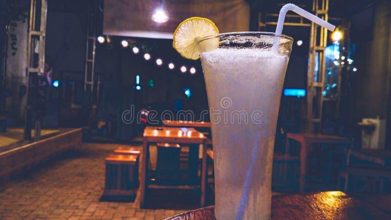 Lemonadfruktsaft med iskuber royaltyfria bilder