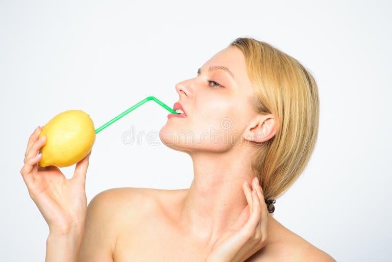 Lemonadrecept utan tillägg Sund livsstil och organisk näring Lemonadvitamindryck Smutt av vitaminer royaltyfria bilder