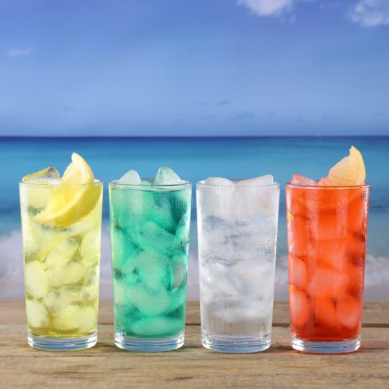 Lemonadsodavatten dricker på stranden och havet royaltyfri fotografi
