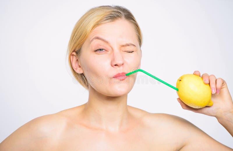 Lemonadvitamindryck Sund livsstil och organiskt n?ringbegrepp Frukt f?r citron f?r ny fruktsaft f?r flickadrink hel royaltyfri bild