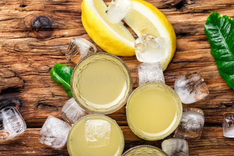 Lemoncello, italienischer Zitronenalkohol stockbild