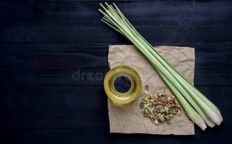Lemongras-Öl auf schwarzem Holztisch stockbild