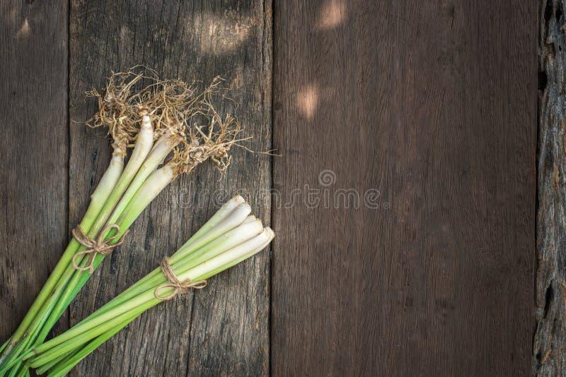 Lemongrass stawiający na starej drewnianej podłoga obraz stock