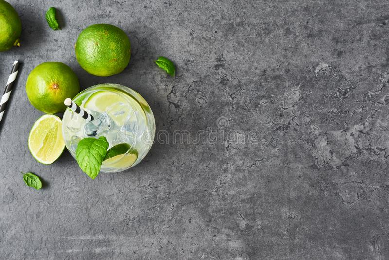 Lemoniada lub mojito z wapnem, mennicą i lodem, obraz stock