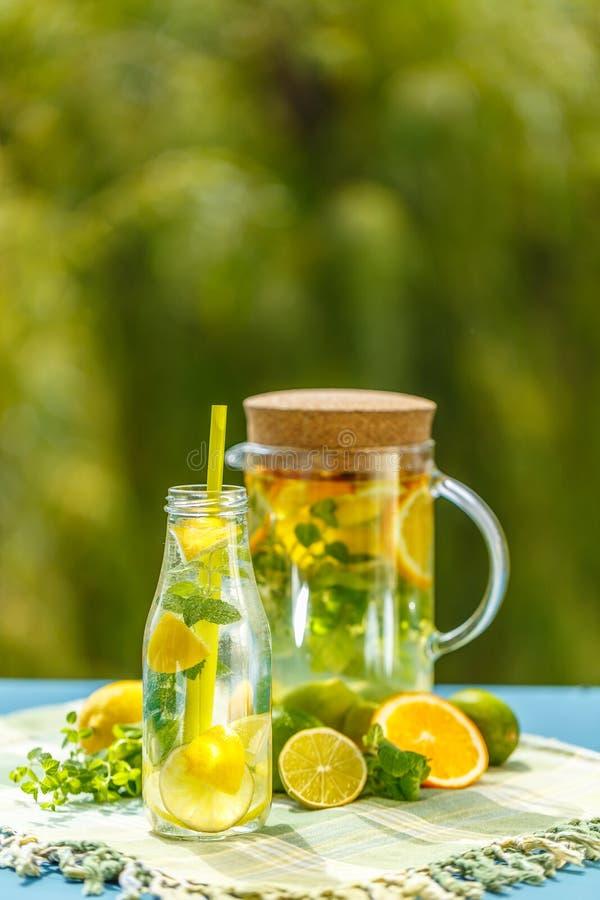 Lemoniada miotacz z cytryną obraz royalty free