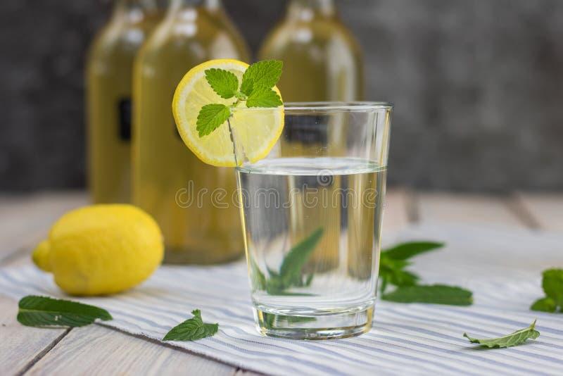 Lemoniada w szkle domowej roboty nowy syrop fotografia stock