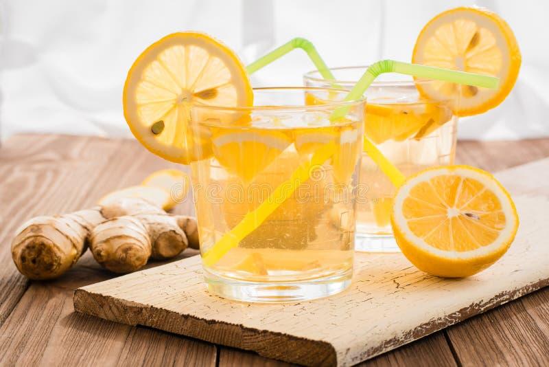 Lemoniada z cytryną i imbirem w przejrzystych szkłach obraz stock