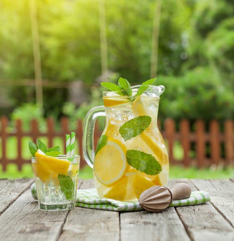 Lemoniady szkło i miotacz obrazy royalty free