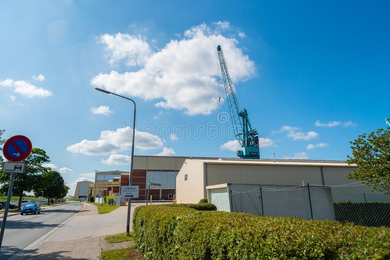 Lemwerder, Nedersaksen, Duitsland - Juli 17, 2019 de fabrikant van het luxejacht lürssen hier heeft zijn hoofdkwartier royalty-vrije stock afbeeldingen