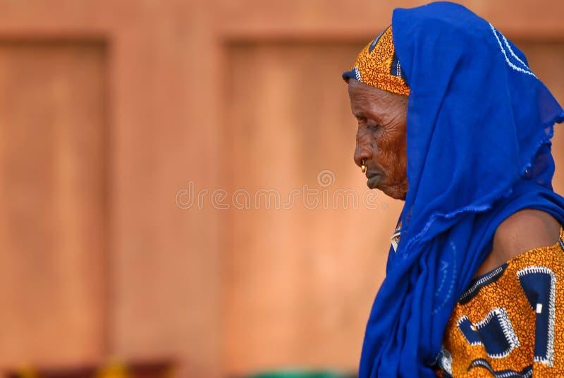 Lenço africano velho do azul da mulher imagem de stock royalty free