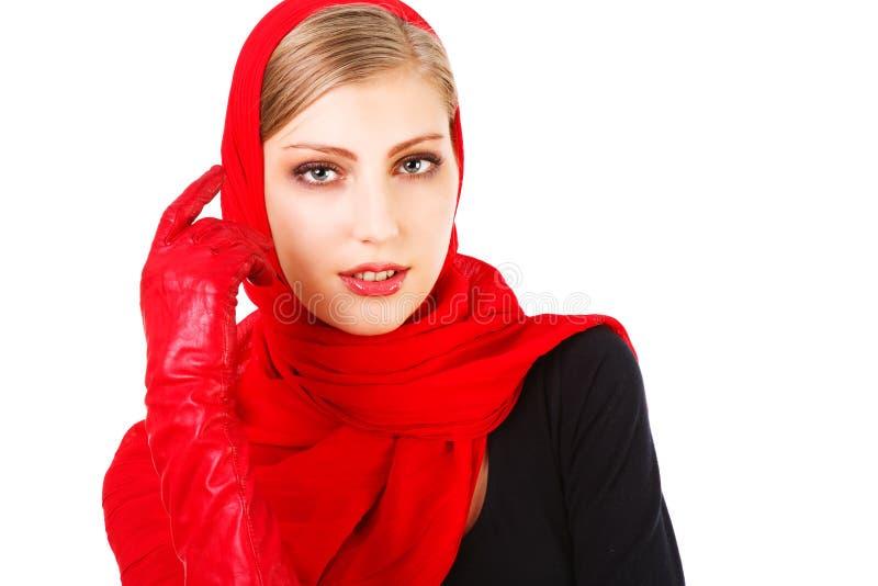 Lenço bonito bonito do vermelho da rapariga fotografia de stock