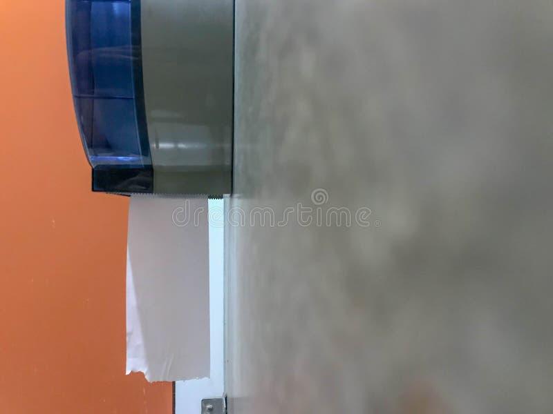 Lenço de papel fora do bloco no toalete foto de stock royalty free