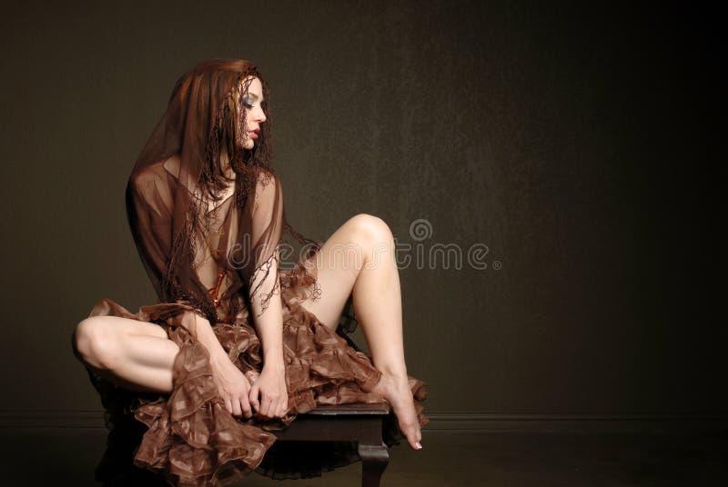 Lenço desgastando da mulher bonita imagens de stock royalty free
