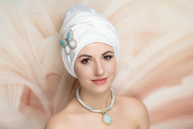 Lenço oriental branco vestindo da mulher fotos de stock