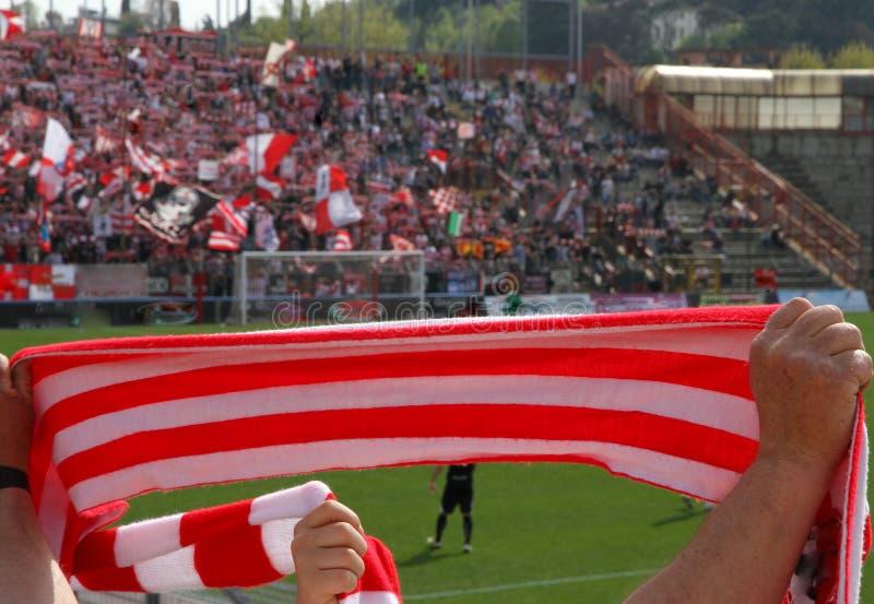 Lenço vermelho e branco dos fãs no estádio 3 imagem de stock