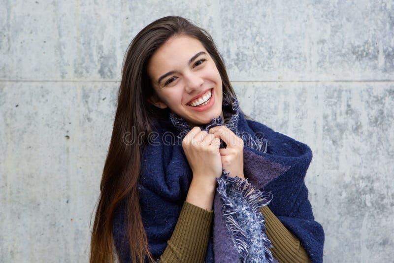 Lenço vestindo da jovem mulher feliz imagem de stock royalty free