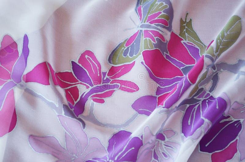 Len?o de seda pintado ? m?o Borboleta e flores bonitas imagens de stock royalty free