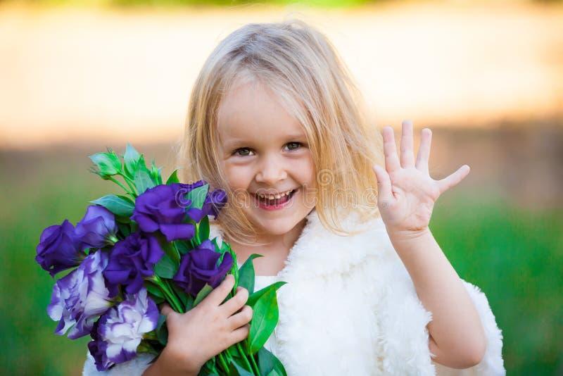 Lena_Misha-Dasha fronte della ragazza, fiori! fotografia stock