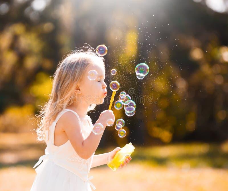 Lena_Misha-Dasha vestito bianco dalla ragazza, ventilatore della bolla di sapone! fotografie stock