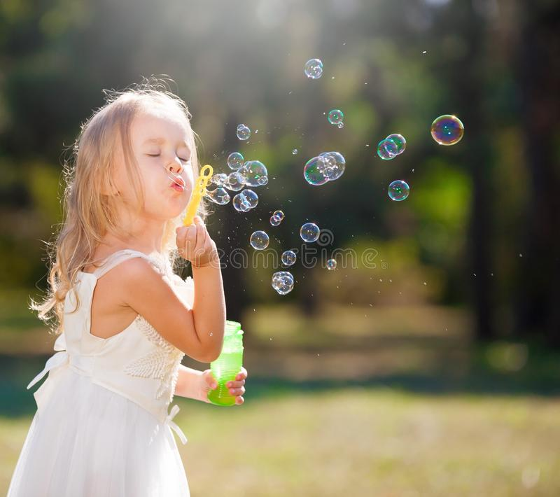 Lena_Misha-Dasha vestito bianco dalla ragazza, ventilatore della bolla di sapone! immagini stock