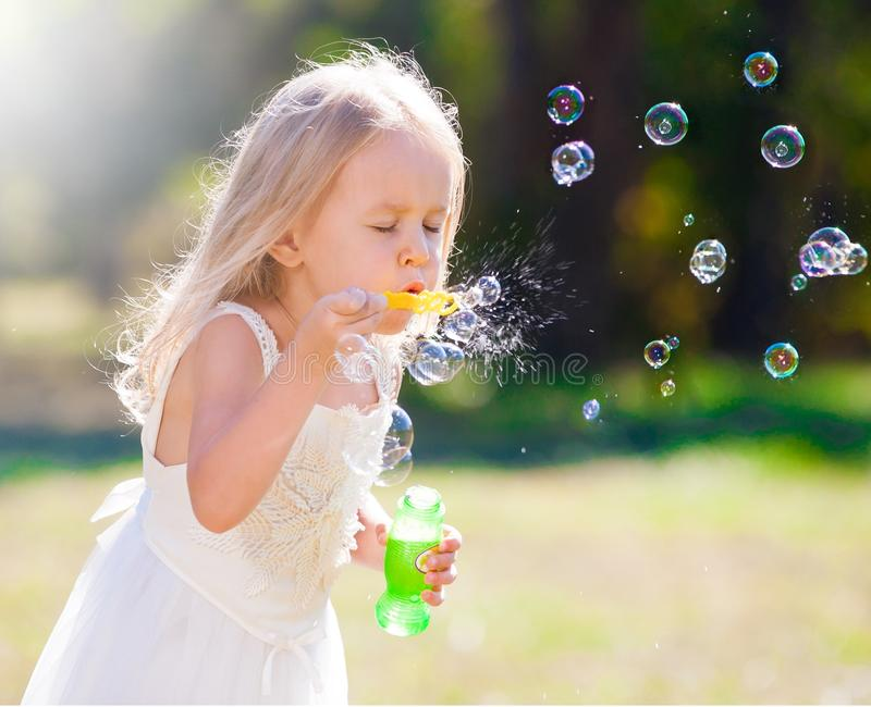Lena_Misha-Dasha vestito bianco dalla ragazza, ventilatore della bolla di sapone! immagini stock libere da diritti