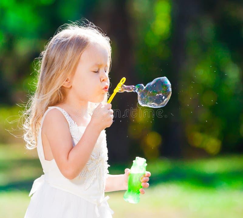 Lena_Misha-Dasha vestito bianco dalla ragazza, ventilatore della bolla di sapone! fotografia stock libera da diritti