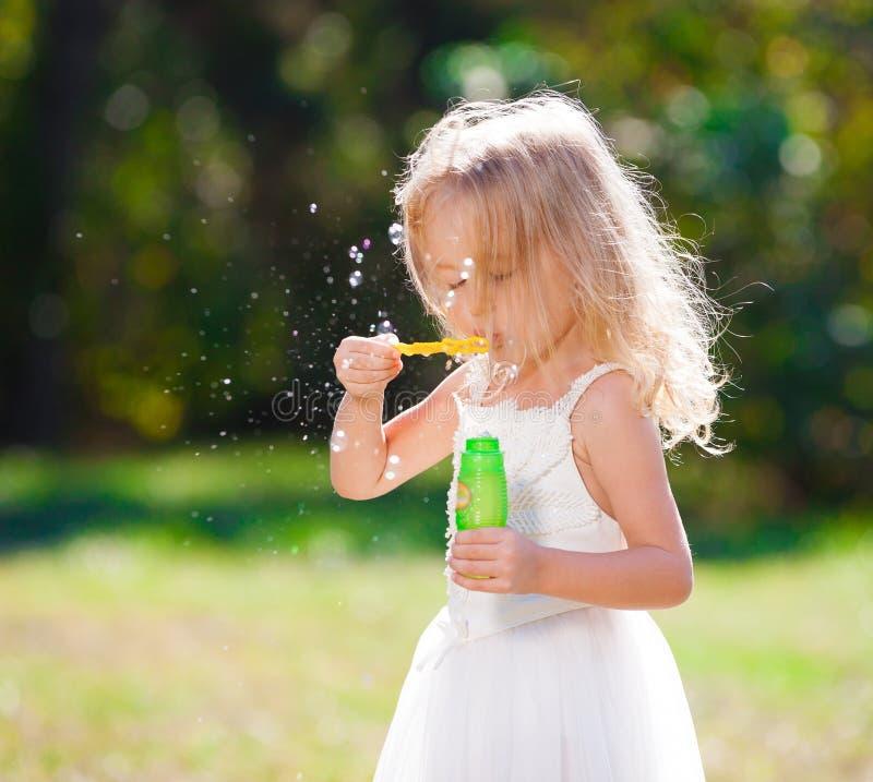 Lena_Misha-Dasha vestito bianco dalla ragazza, ventilatore della bolla di sapone! fotografia stock