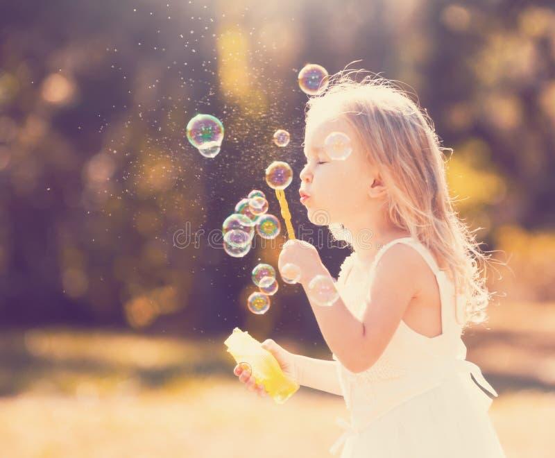 Lena_Misha-Dasha vestito bianco dalla ragazza, ventilatore della bolla di sapone! immagine stock libera da diritti