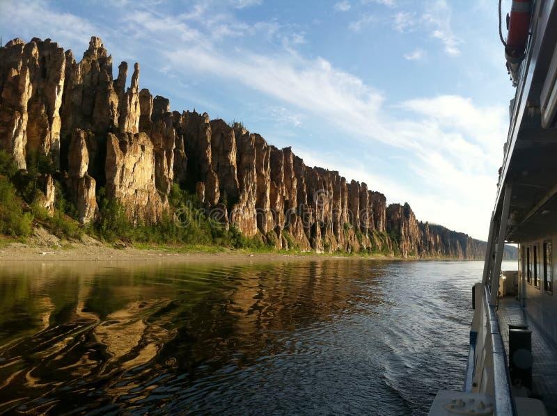 Lena Pillars, Ansicht vom Boot während der Exkursion lizenzfreie stockfotos