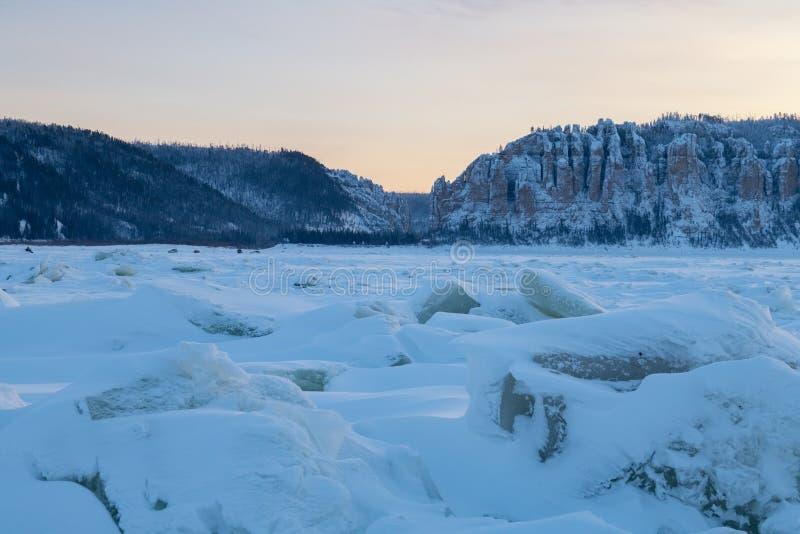 Lena Pillars bij zonsondergang op de rivier van Lena stock foto's