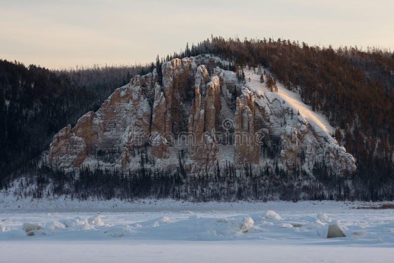 Lena Pillars bij zonsondergang op de rivier van Lena in Republiek van Sakha, Siberië stock afbeeldingen