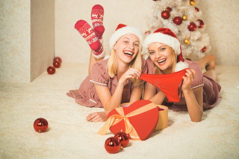 Lencería sexy para celebrar Año Nuevo Tener un día loco con el amigo Muchacha de los mejores amigos de la Navidad El llevar atrac fotos de archivo libres de regalías