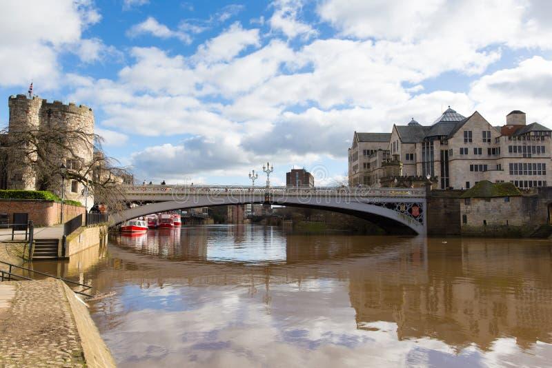 Lendal桥梁驻地路的约克英国有河的Ouse 库存照片