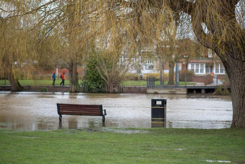 Lendemain de la chute de forte pluie dans Stratford sur Avon avec des localis images stock