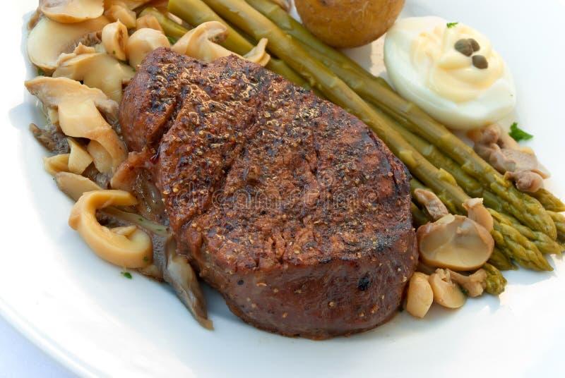 Lendenstücksteak mignon-gegrillt mit Gemüse lizenzfreies stockfoto