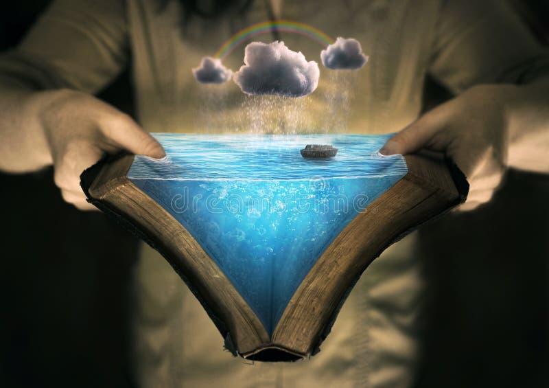 Lendo a história da arca do ` s de Noah fotografia de stock