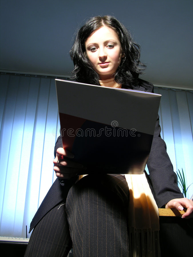 Download Lendo o contrato foto de stock. Imagem de conceptual, indoor - 70142