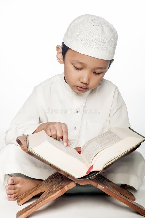 Lendo o Corão fotografia de stock