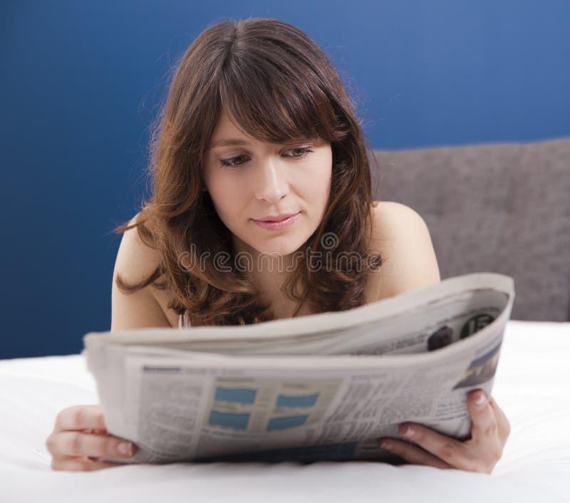 Lendo o jornal fotos de stock royalty free