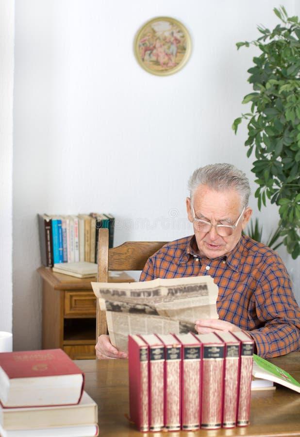 Lendo o jornal velho imagem de stock royalty free