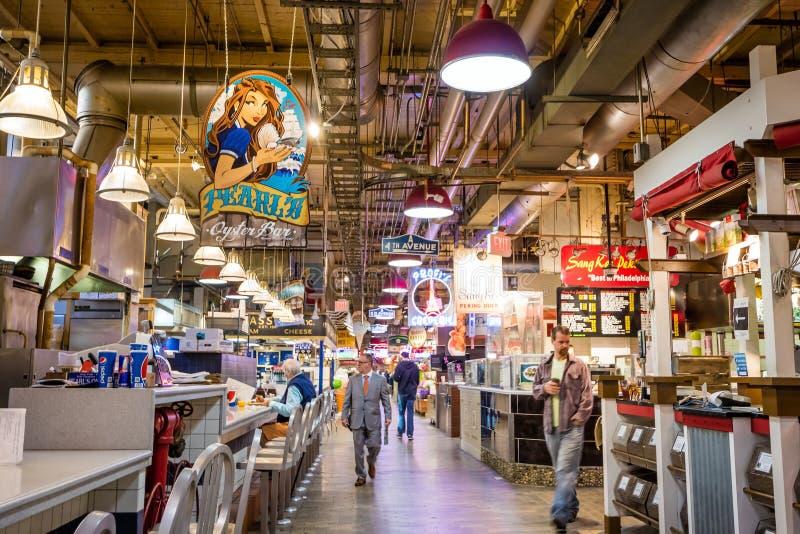 Lendo o mercado terminal foto de stock royalty free