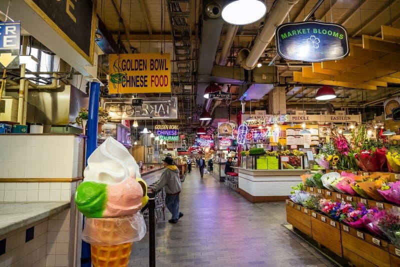 Lendo o mercado terminal fotografia de stock