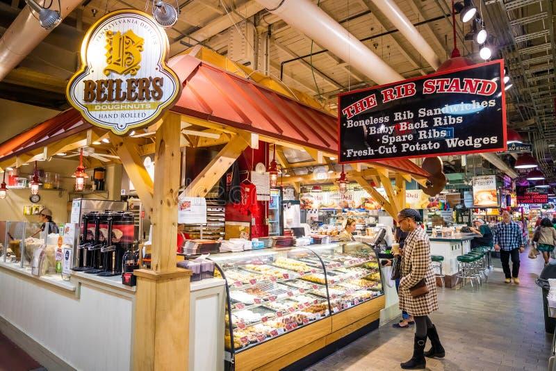 Lendo o mercado terminal fotos de stock royalty free