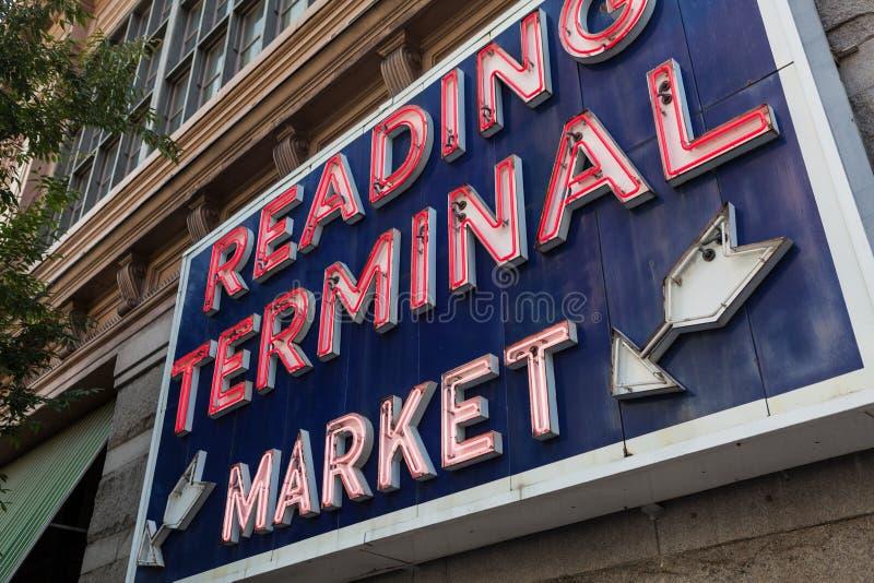 Lendo o sinal do mercado terminal, Philadelphfia, Pensilvânia fotografia de stock royalty free