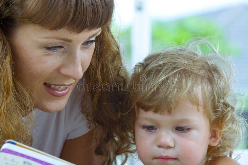Lendo um livro imagem de stock